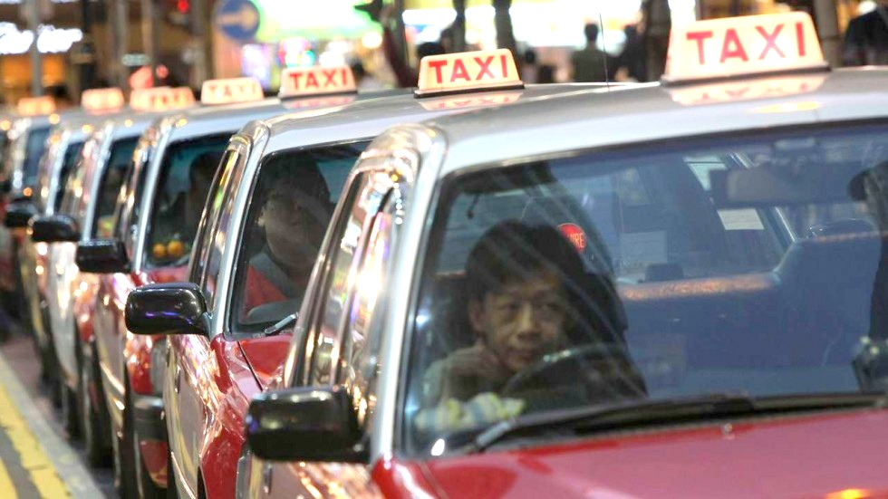 airport taxis take travelers from Hong Kong Airport to Shenzhen border